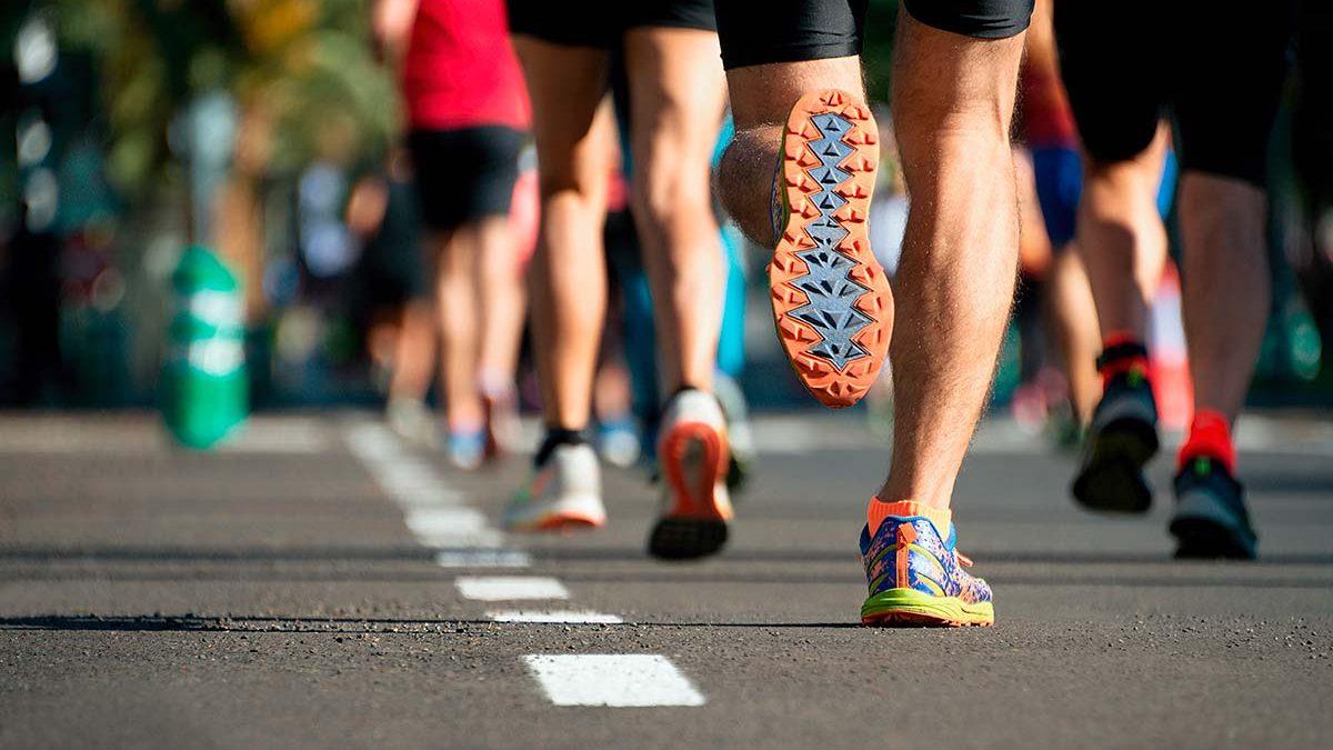 Mehrere Läuferbeine von hinten auf Straße bei einem Event in der Oberpfalz, dem Nofi-Lauf.