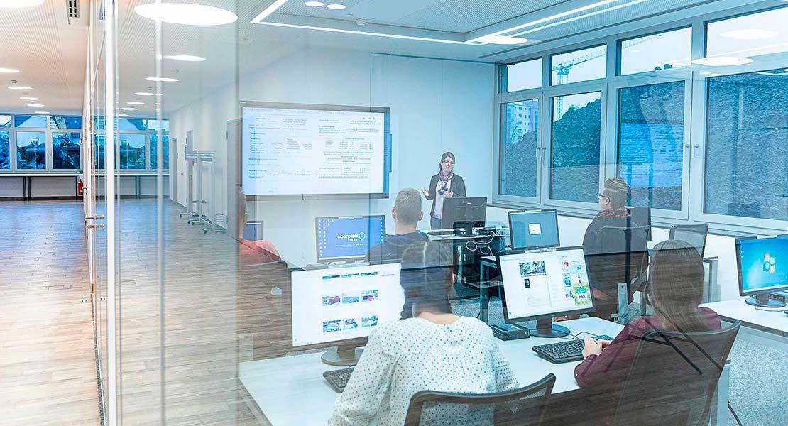 Schulung in einem Konferenzraum mit fünf Personen zum Leistungsbereich Digital von Oberpfalz Medien.