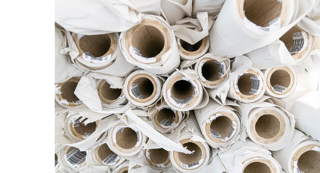 Aufeinandergestapelte, benutzte Altpapierrollen beim Druck von Oberpfalz Medien.