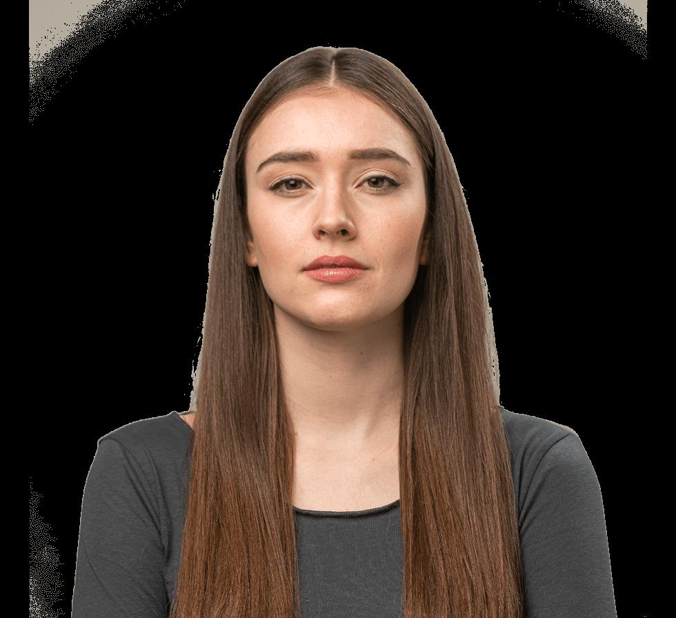 """Freigestellte junge Frau mit langen braunen Haaren und dunkelgrauem Oberteil, Person für den Markenwert """"Unabhängigkeit"""" von Oberpfalz Medien."""