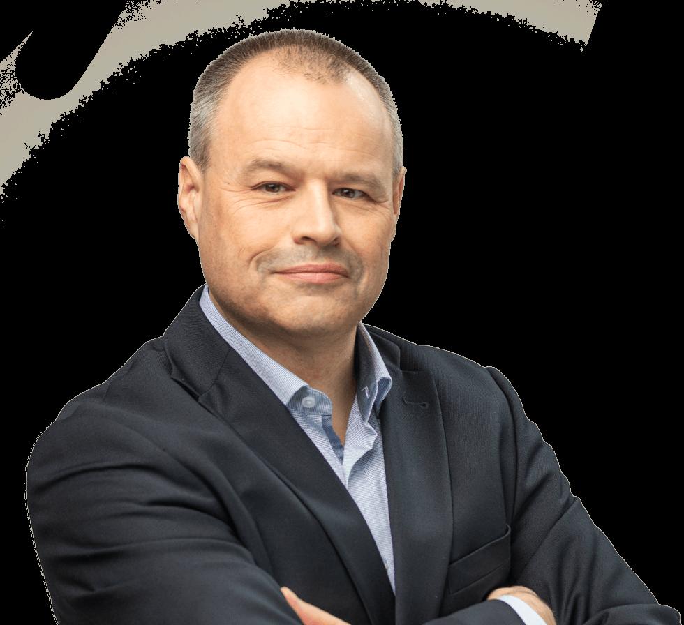 """Freigestellter älterer Mann mit dunkelgrauem Jackett und kurzen dunkelgrauen Haaren, Person für den Markenwert """"Verantwortung""""von Oberpfalz Medien."""