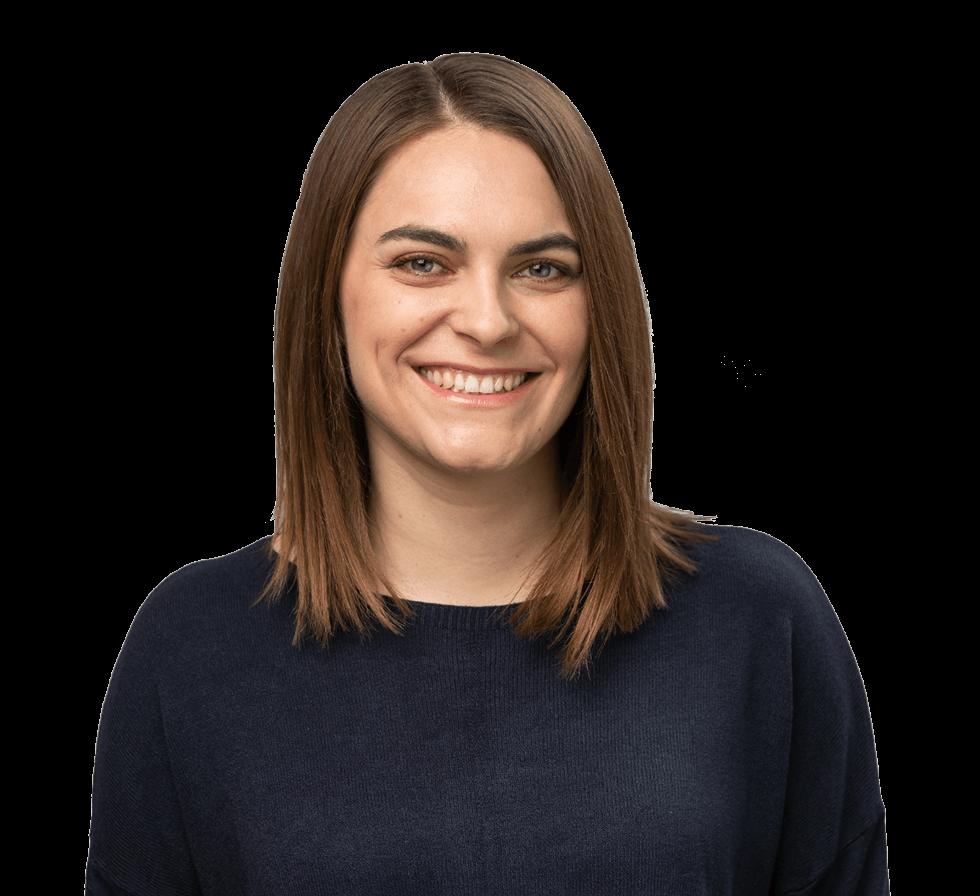 """Freigestellte jüngere Frau, lachend, mit schulterlangen braunen Haaren und dunklem Oberteil, Person für den Markenwert """"Zuverlässigkeit"""" von Oberpfalz Medien."""