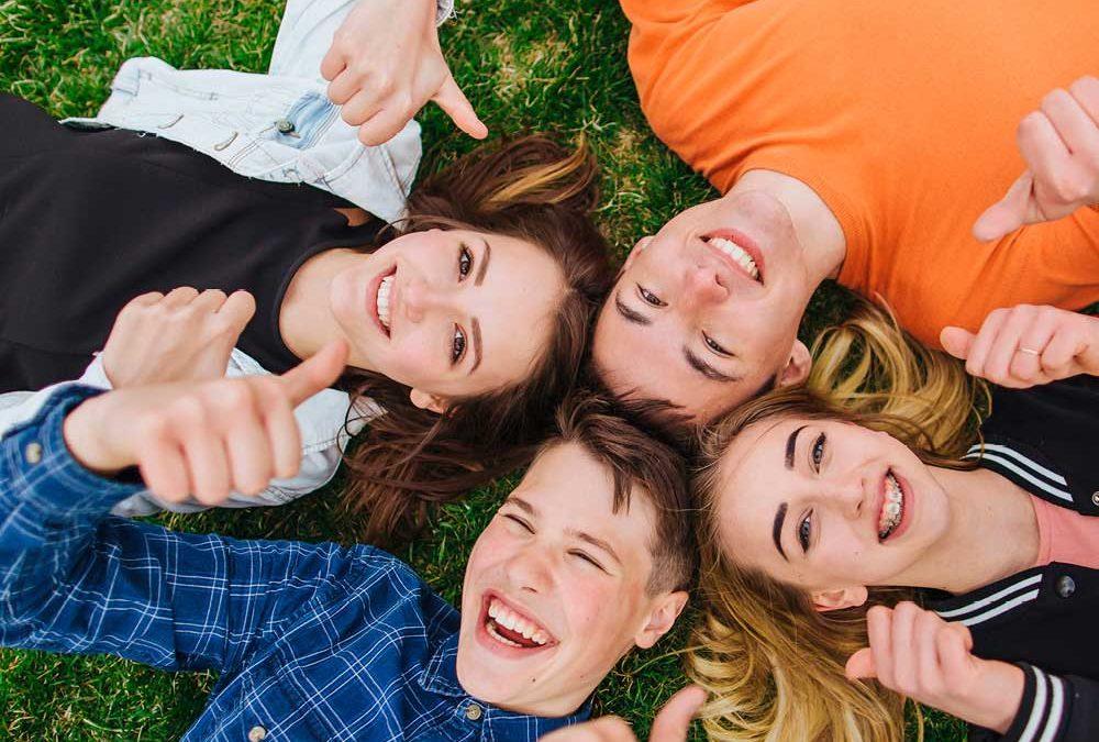 """Vier junge Menschen liegend auf einer Wiese mit Daumen nach oben für die Beilage """"Ausbildungsperspektiven"""" von Oberpfalz Medien."""