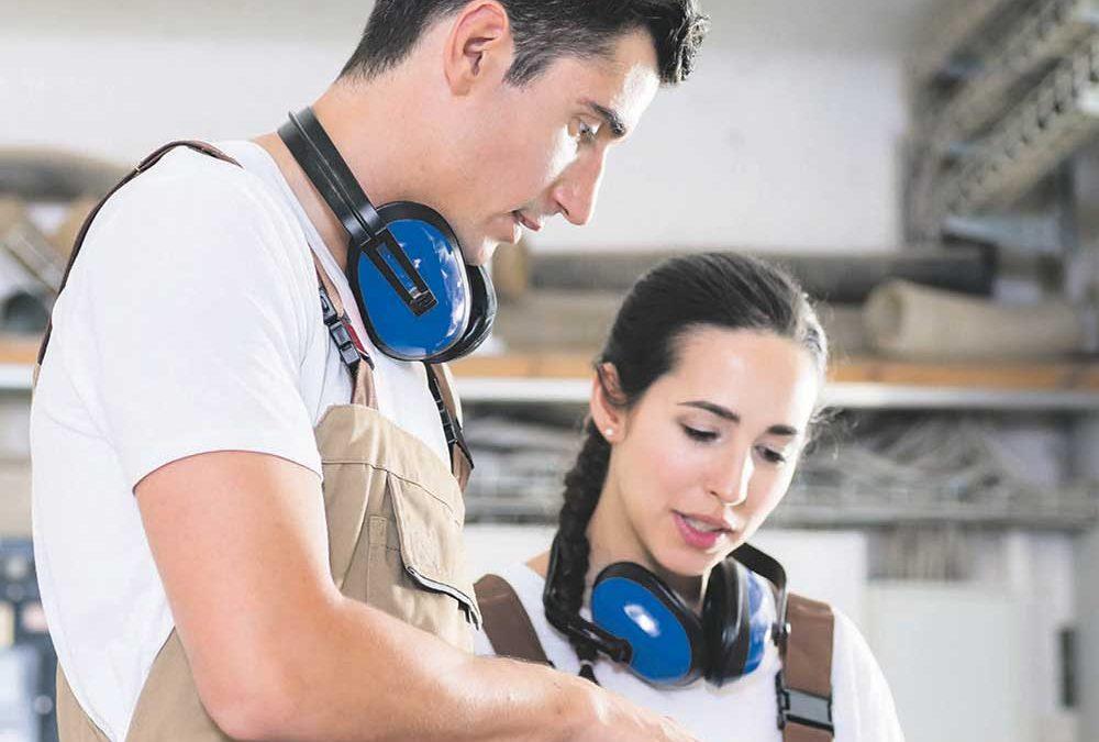 """Mann und Frau in Handwerksbetrieb für Beilage """"Azubi"""" von Oberpfalz Medien."""