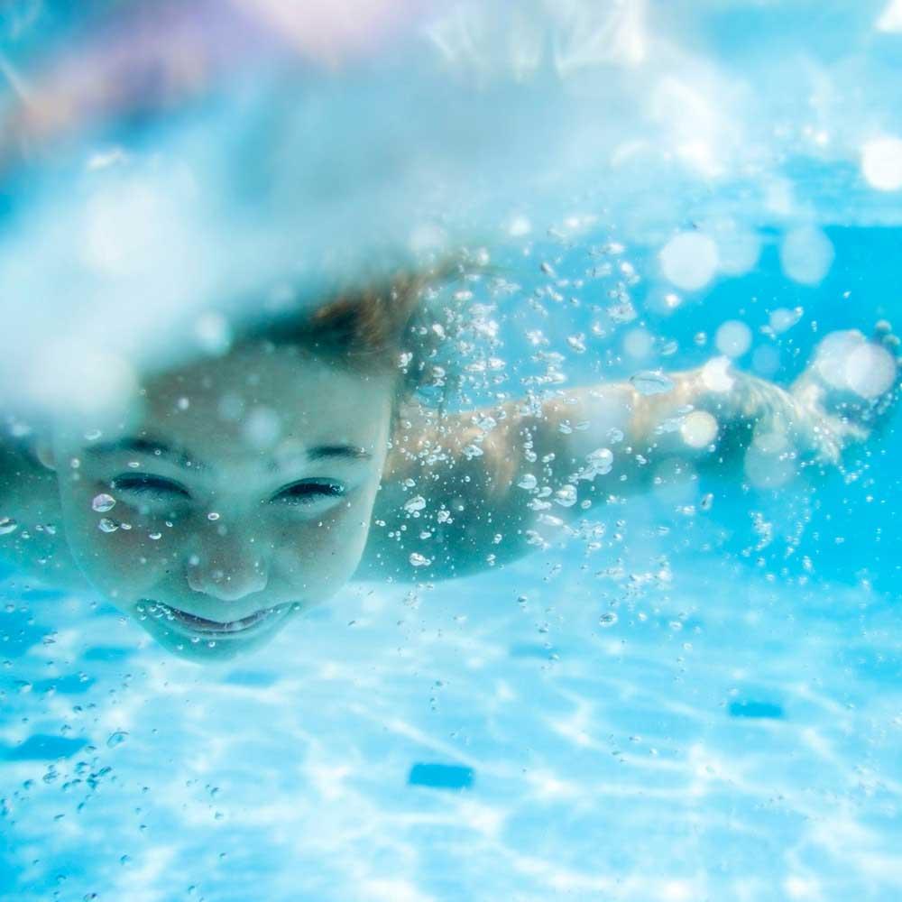 """Kindergesicht unter Wasser für die Beilage """"Ferienzeitung"""" von Oberpfalz Medien."""