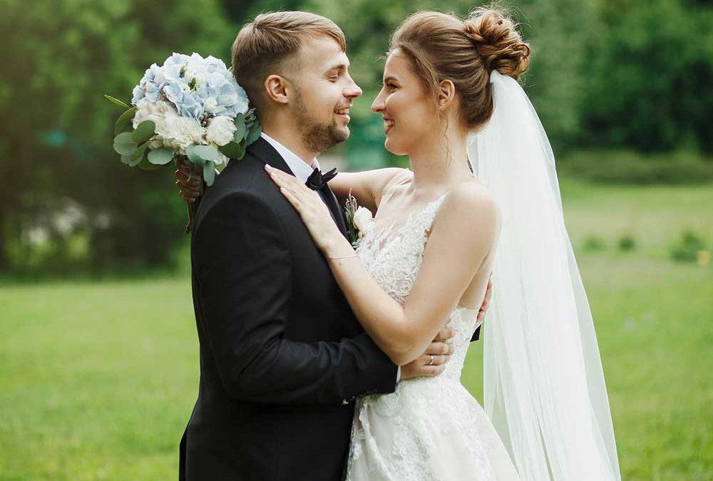 """Brautpaar auf Wiese vor Bäumen für die Beilag """"Traumhochzeit"""" von Oberpfalz Medien."""