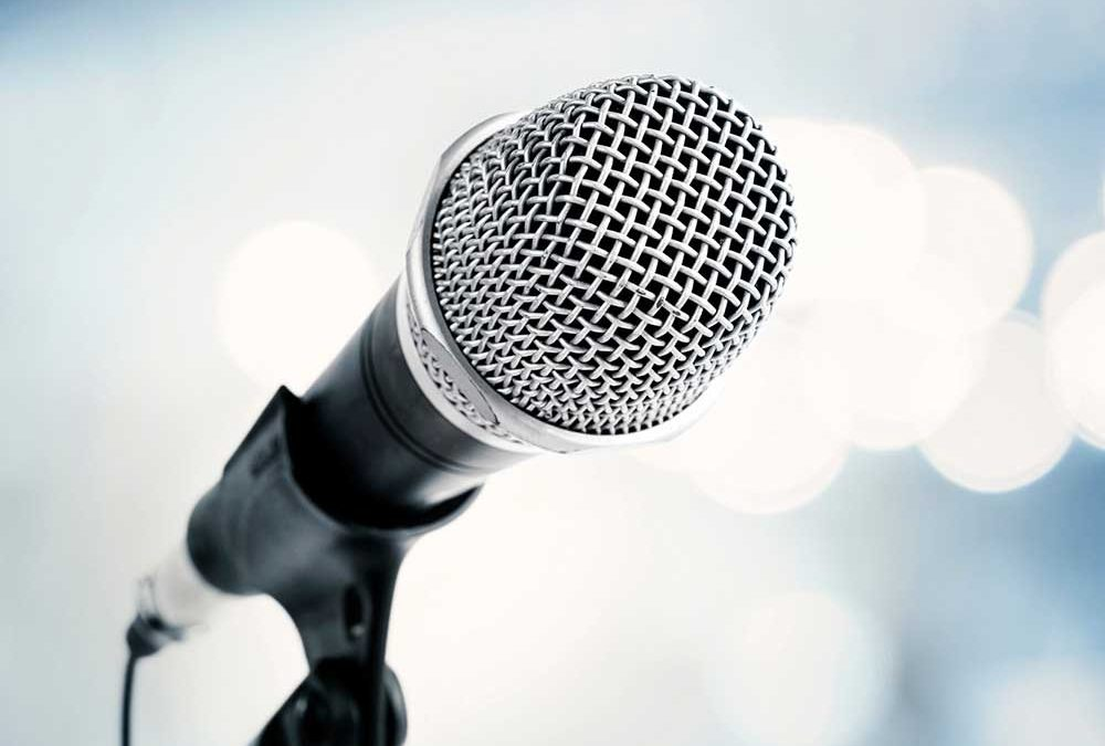 """Nahaufnahme eines Mikrofons in der Halterung eines Mikrofonständers für die Beilage """"Veranstaltungszauber"""" von Oberpfalz Medien."""