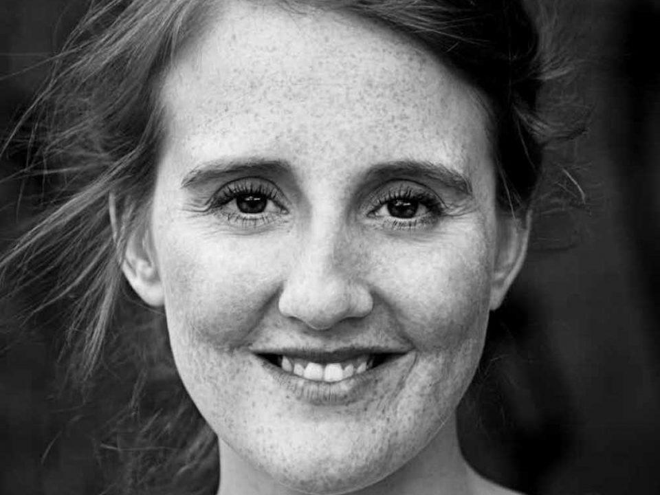 Schwarz-Weiß-Porträt einer Oberpfälzerin mit Sommersprossen.