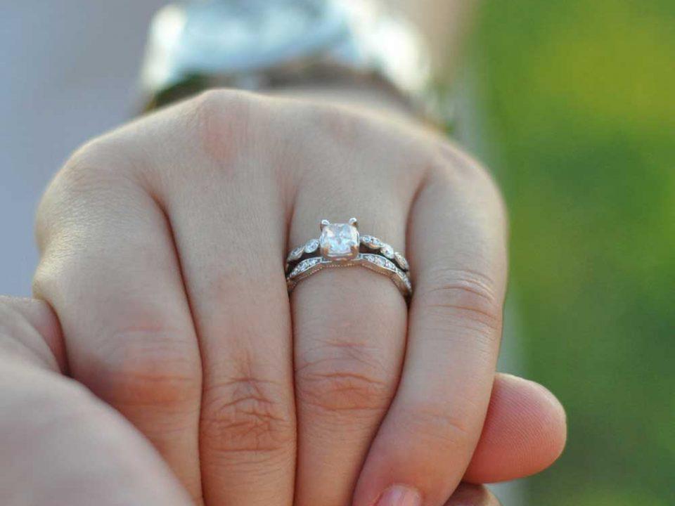 """Nahaufnahme einer Frauenhand mit Verlobungsring am Finger, Titelbild des Magazins """"Wir heiraten"""" aus der Medienvielfalt von Oberpfalz Medien."""