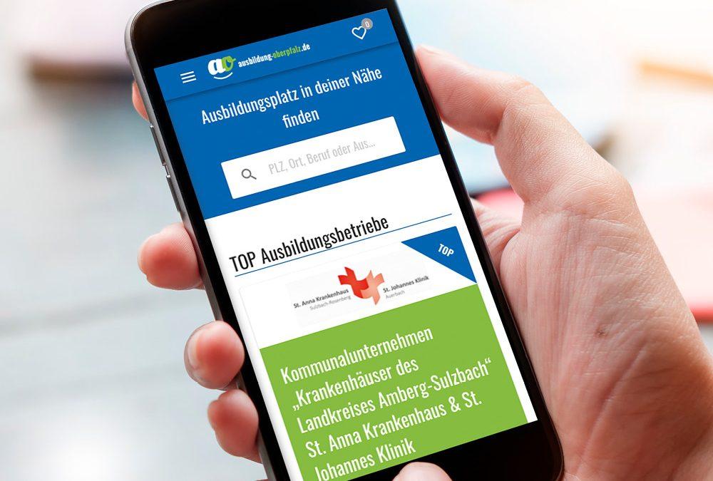 """Ansicht eines Smartphones, auf dessen Display das Onlineportal """"ausbildung-oberpfalz.de"""" zu sehen ist."""