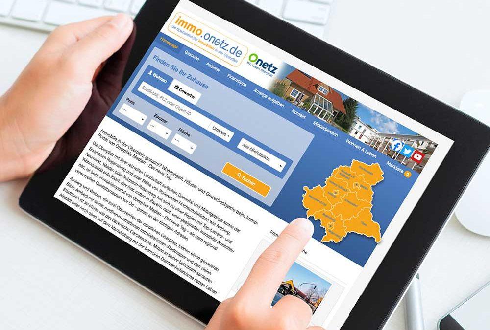 """Ansicht eines Tablets, auf dem das Onlineportal """"immo.onetz.de"""" zu sehen ist."""