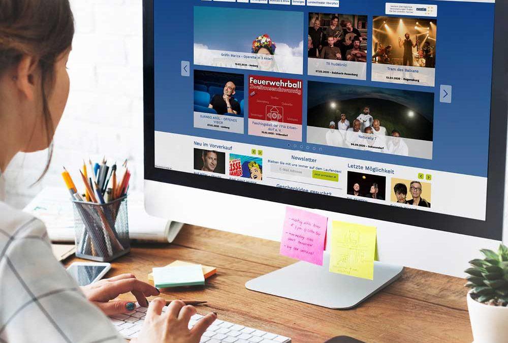 """Ansicht eines Schreibtischs mit PC-Monitor, auf dem das Onlineportal """"ntticket.de"""" von Oberpfalz Medien zu sehen ist."""