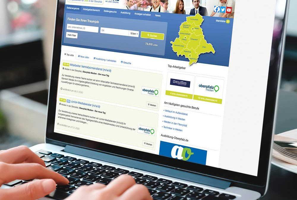 """Ansicht eines Laptop-Monitors, auf dem das Onlineportal """"stellen.onetz.de"""" zu sehen ist."""