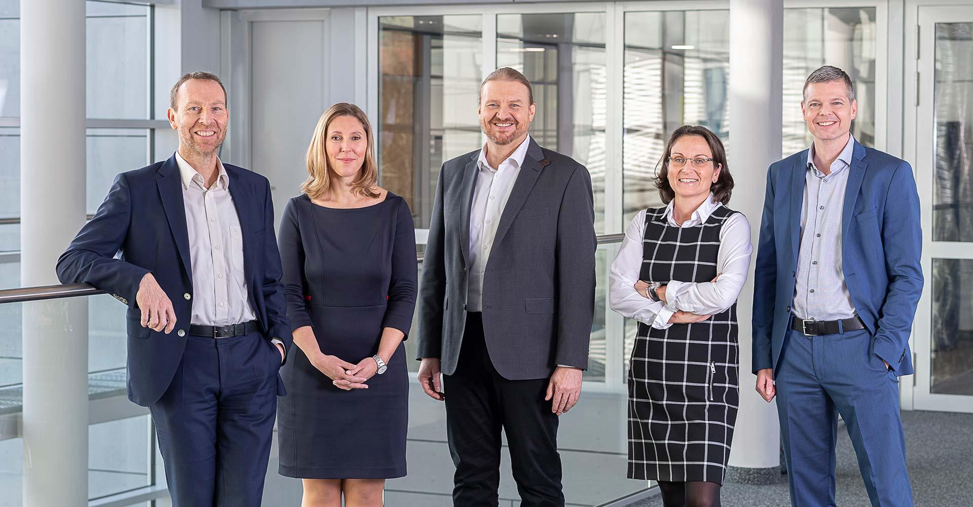 Gruppenbild mit der Geschäftsleitung von Oberpfalz Medien. Das Team auf dem Foto setzt sich aus zwei Frauen und drei Männern zusammen.