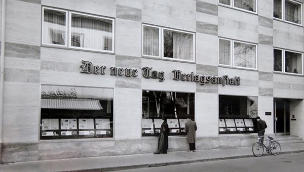Schwarzweißfoto des alten Verlagsgebäudes aus der Geschichte von Oberpfalz Medien.