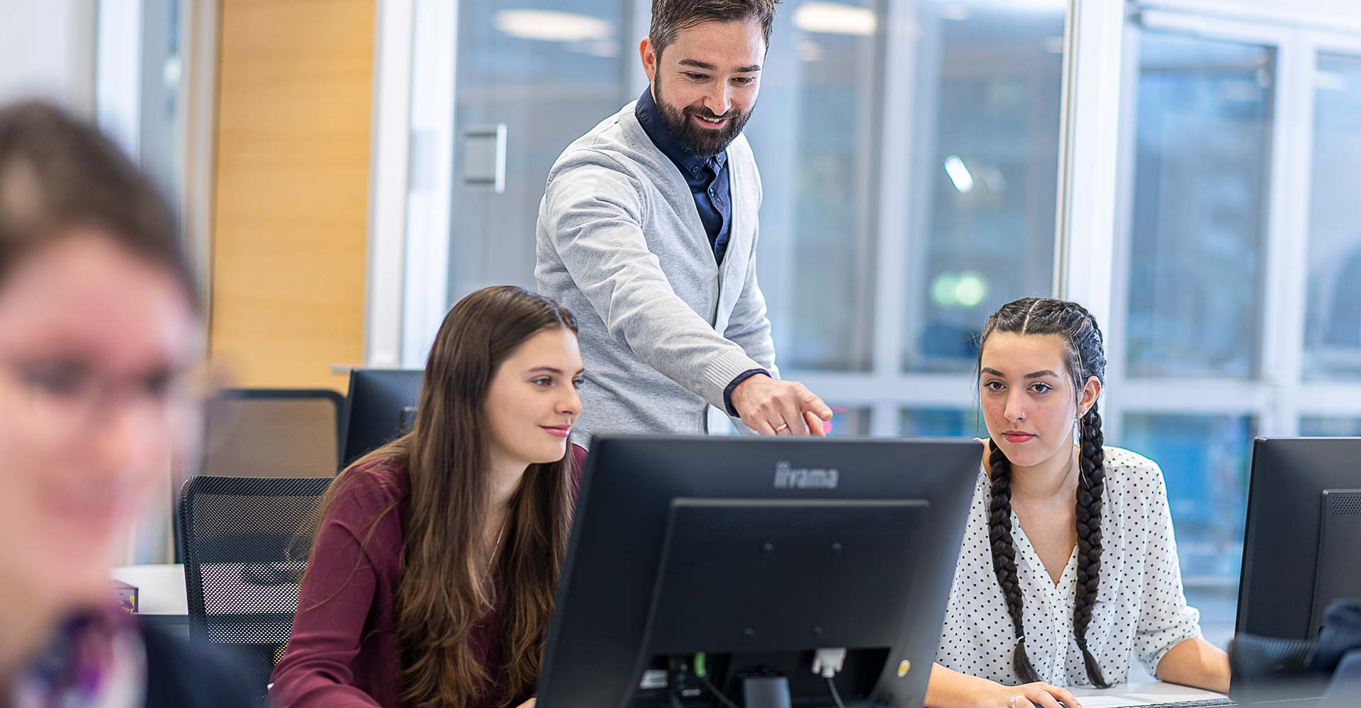 Mitarbeiter in einer Schulung vor dem PC