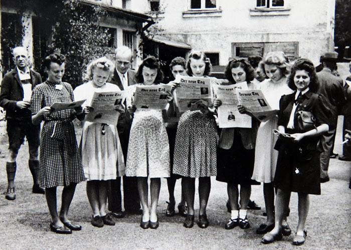 Frauen lesen im Jahr 1946 die Tageszeitung der neue Tag