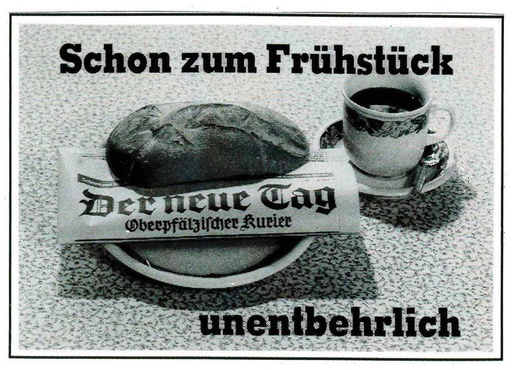 Frühstückstisch mit Kaffee und Zeitung steckt in Semmel