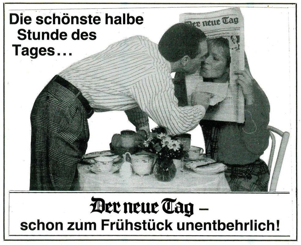 Mann küsst Frau durch Loch in der Zeitung