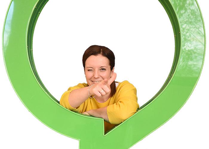 Junge Frau lacht und sitzt in einer Sprechblase