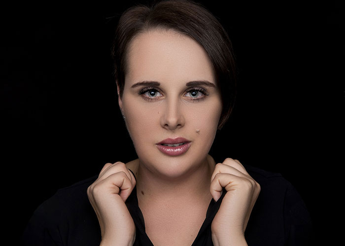 Portrait von Fotografin Lena Held vor schwarzem Hintergrund