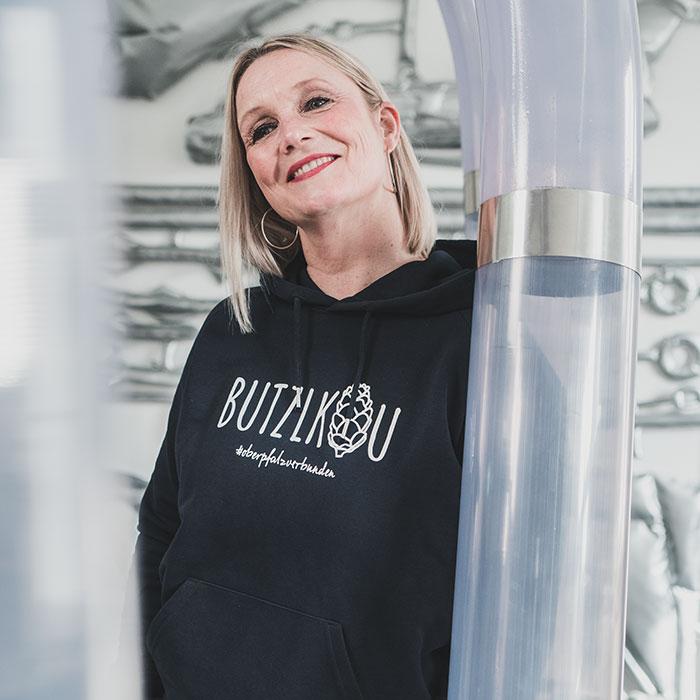 Frau lehnt an Kunstwerk im Luftmuseum Amberg