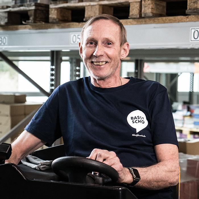 Mann auf Gabelstapler mit T-Shirt