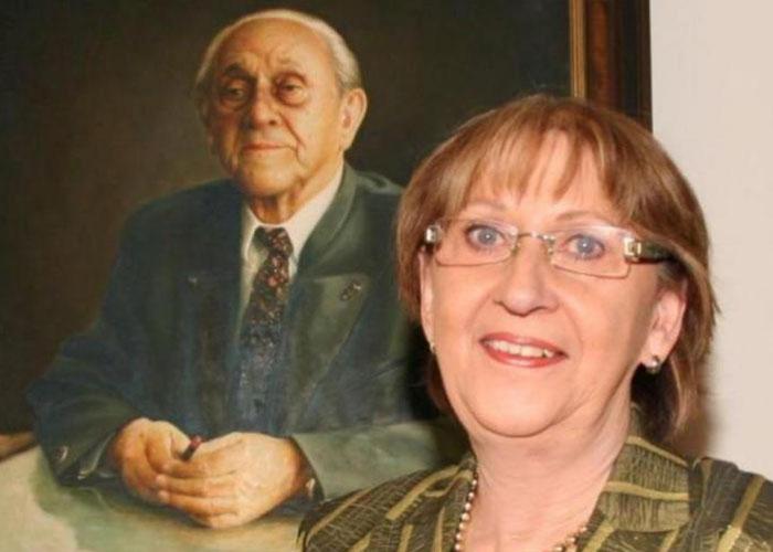 Verlegerin Dr. Barbara Shanahanvor einem Gemälde ihres Vaters und Gründer von DER NEUE TAG nton Döhler