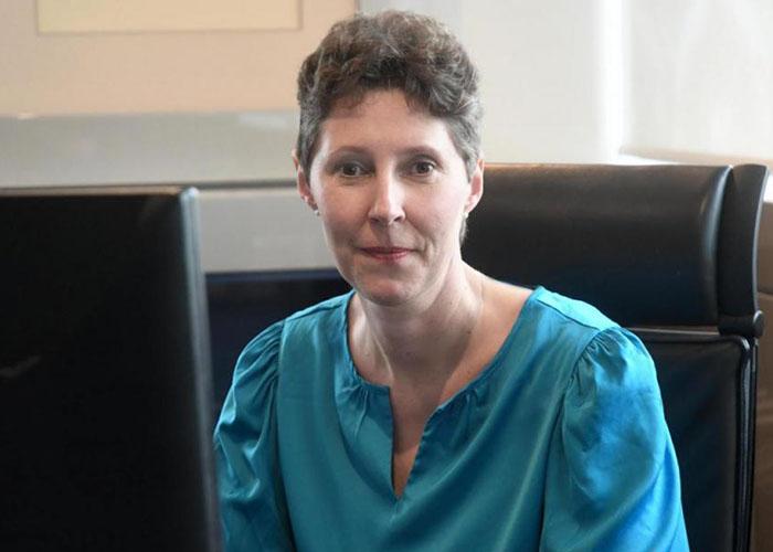 Verlegerin Viola Vogelsang-Reichl sitzt in ihrem Büro