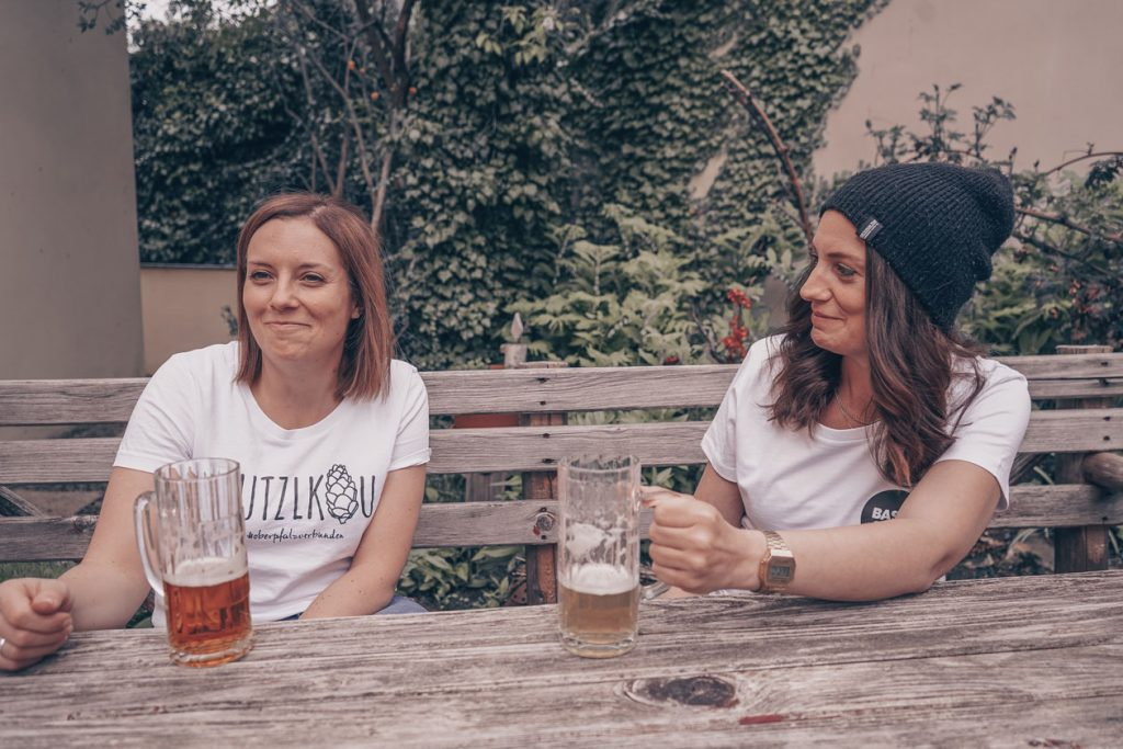 Zwei junde Frauen trinken Bier zusammen