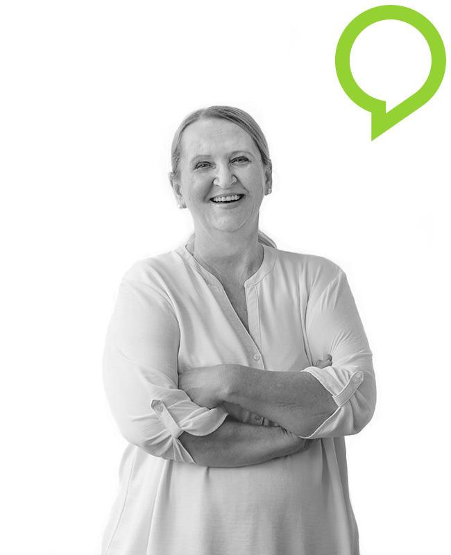 Schwarz-weißes Portrait von lächelnder Frau mit Zopf und verschränkten Armen